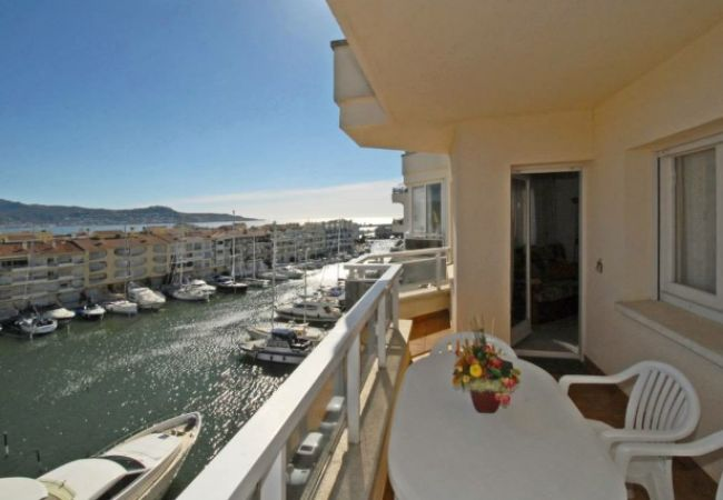 AMPURIABRAVA: Beautiful apartment with sea view
