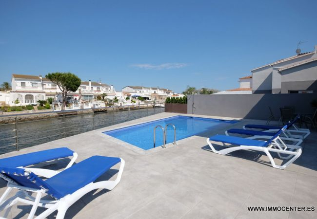 Villa with pool and mooring
